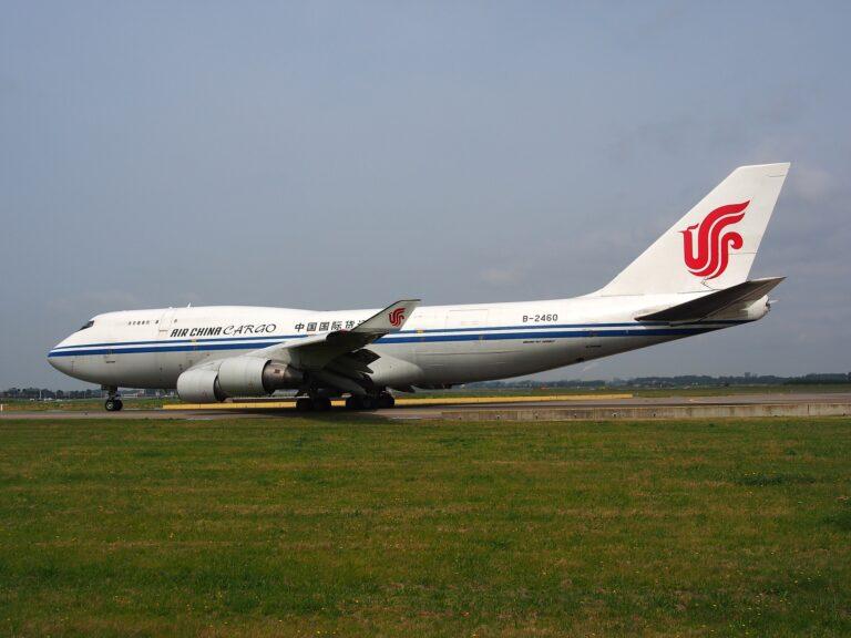 Un avion 100% cargo offre l'avantage de pouvoir embarquer des marchandises de plus gros volume grâce à une porte géante que l'on ne trouve pas sur les avions de ligne.
